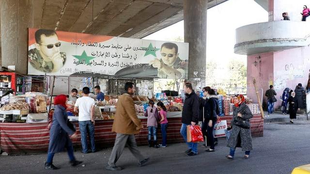 Persunas sin in martgà a Damascus, Siria.