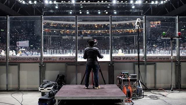 Um da camera che filmescha in gieu da hockey.