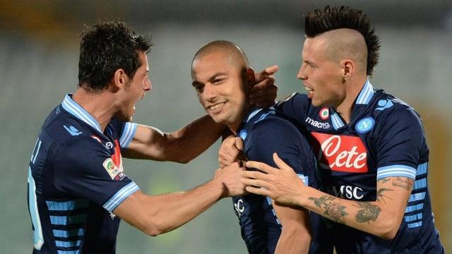 Blerim Dzemaili (l.) und Gökhan Inler (Mitte) führten Napoli zum Sieg.