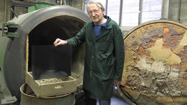 Jörg Geissbühler steht vor seinem Ofen. In der rechten Hand hält er ein Röntgenbild.