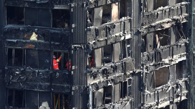 Sicherheitskräfte arbeiten im ausgebrannten Grenfell-Tower.