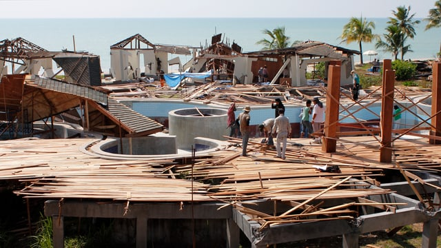 Auf dem Foto wird in Thailand ein Swimmingpool, der vom Tsunami 2004 verwüstet wurde, wieder aufgebaut.