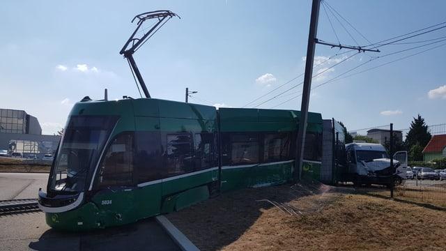 Tram neben den Schienen