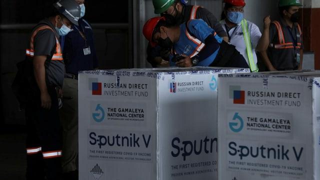 Arbeiter mit Lieferung Sputnik-Impfstoff