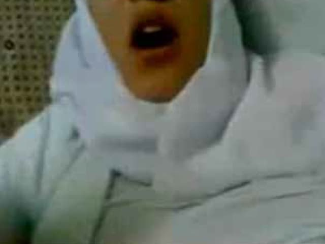 Eine Frau trägt einen Hidschab. Sie scheint zu kommen.