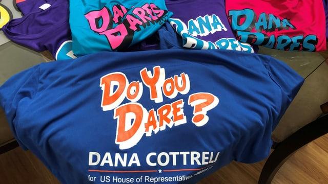 T-Shirts mit dem Aufdruck: «Do you dare? Dana Cottrell for US House of Representatives»
