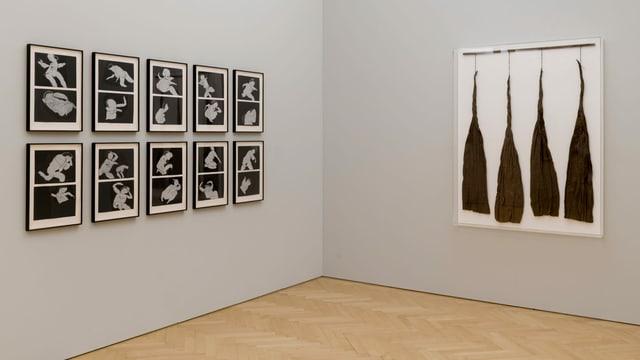 10 Schwarz-Weiss-Bilder mit abstrakten Frauenfiguren hängen an einer grauen Wand.