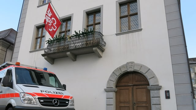 Polizeiauto vor dem Rathaus in Stans.