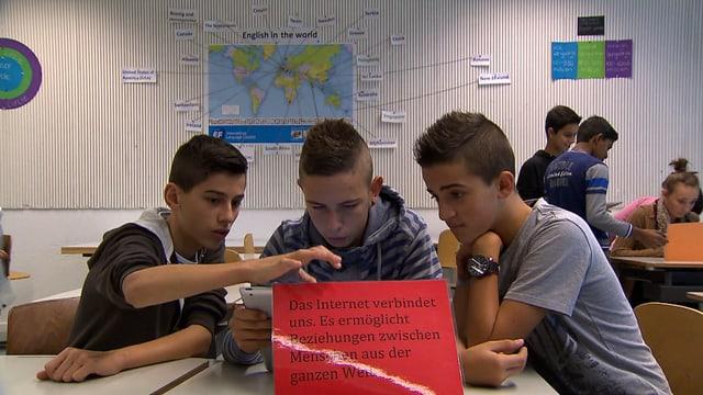 Jugendliche mit Smartphones in der Klasse.