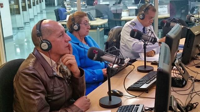 Luis Mendieta und Leonor Carreño am Sendetisch mit Mikrofonen.
