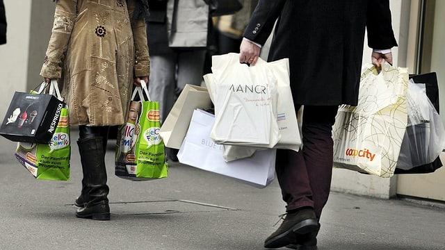 Menschen tragen Einkaufstüten