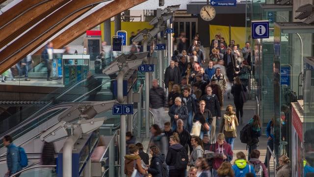 Pendler am Bahnhof Bern.