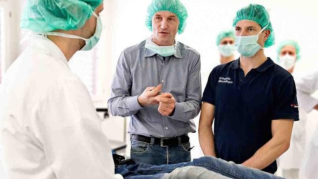 Junge Ärzte mit Patienten