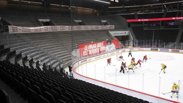 Eishockeyspieler spielen vor leeren Rängen