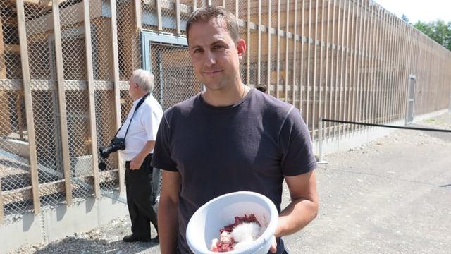 Ein Mann mit einer Schüssel Fleisch
