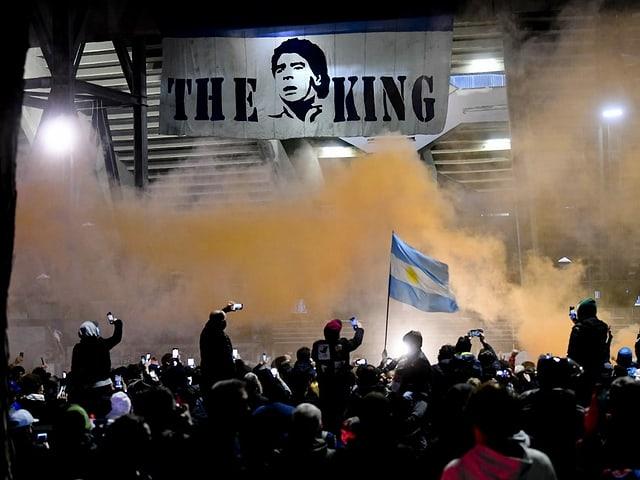 Trotz Versammlungsverbot trafen sich am Abend tausende Fans vor dem Stadion, um gemeinsam ihrem Idol zu gedenken.