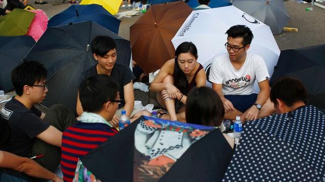 Demonstranten in Hongkong spielen Karten