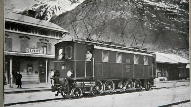La staziun a Bever cun ina locomotiva igl onn 1913