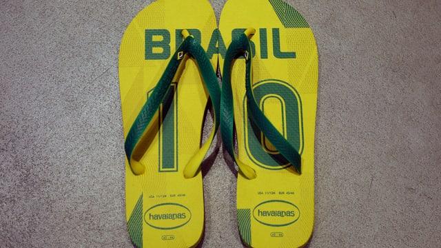 Ein Paar Flip-Flops in den brasilianischen Farben und der Zahl 10 drauf.