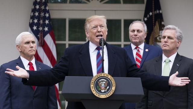 Trump tegna ina conferenza da pressa sper vicepresident Mike Pence (san.) ed il republican Kevin McCarthy (dretg).