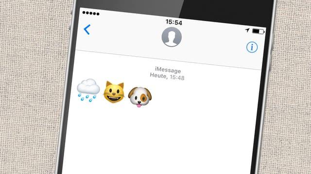 Smartphone mit geöffneter Textnachricht, in der Emojis mit Regenwolke, Katze und Hund angezeigt wird.