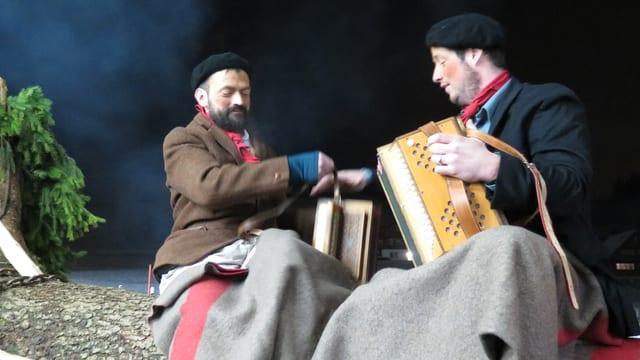 Zwei Musikanten sitzen auf dem Bloch
