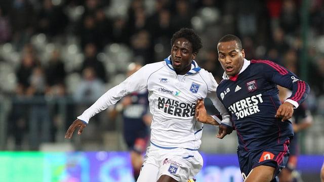 Omar Kossoko (l.) im Dress von Auxerre.