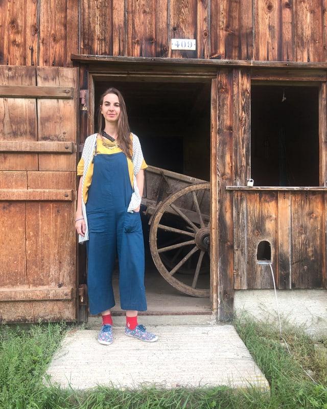 Julie Semoroz vor einem Schopf
