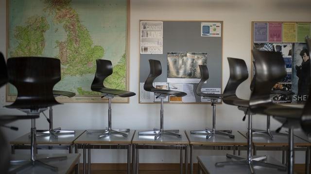 leeres Klassenzimmer mit Stühlen auf Tischen