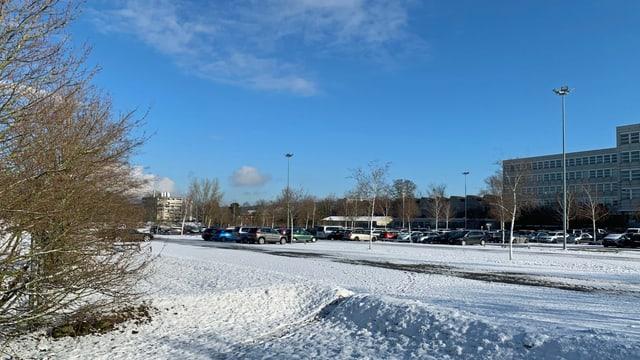 Grosser Parkplatz im Winter