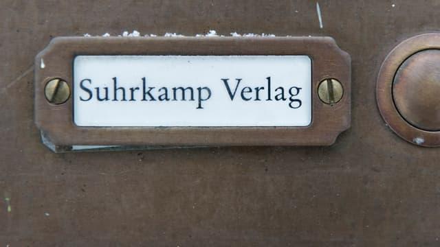 """""""Suhrkamp-Verlag"""" steht am Dienstag, 11. Dezember 2012, auf dem Klingelschild eines Hauses in Berlin - Nikolassee, in dem der Verlag Raeumlichkeiten fuer Veranstaltungen angemietet hat."""