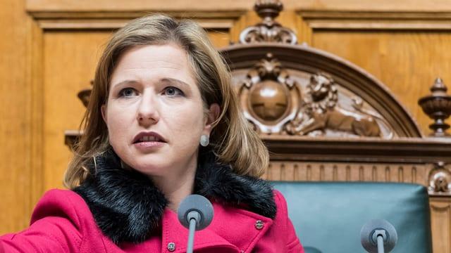 Nationalrätin Christa Markwalder ist von nahe zu sehen vor dem Rednermikrophon im Nationalratssaal