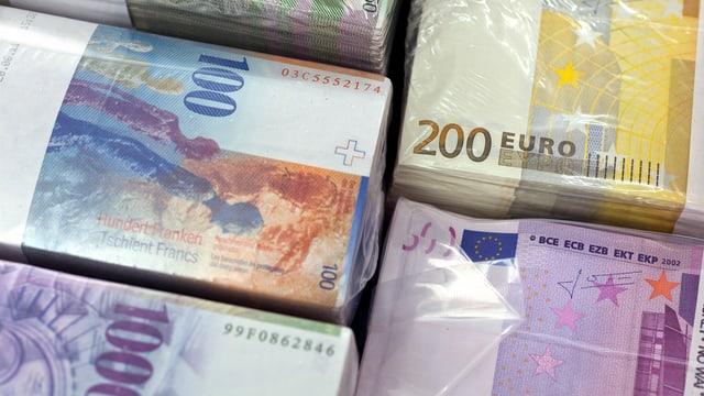 Beigen von Banknoten (Franken und Euro)