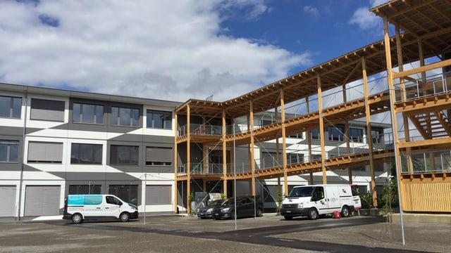 Ein Bau aus Holz und anderen Elementen.