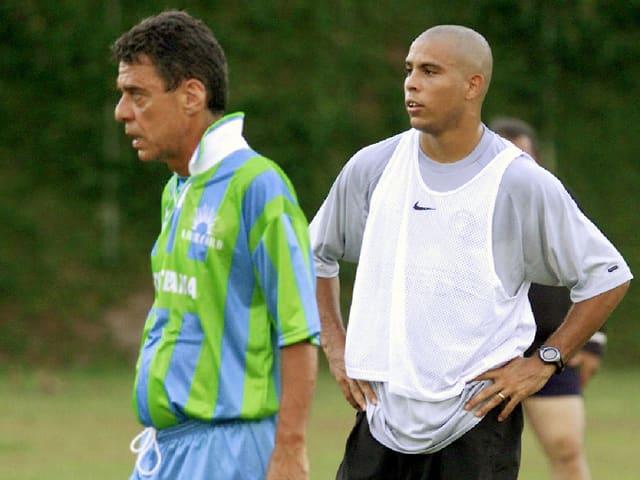 Der bekannte brasilianische Autor Chico Buarque in einem Freundschaftsspiel mit Ronaldo.