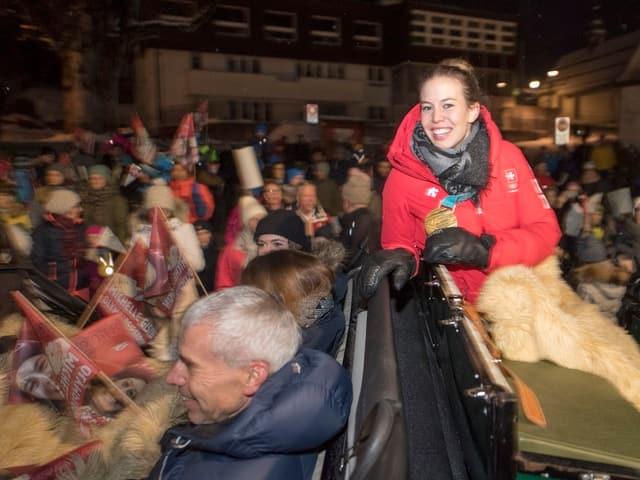 Michelle Gisin geniesst die Fahrt auf der Kutsche durch Engelberg zusammen mit ihrer Familie.