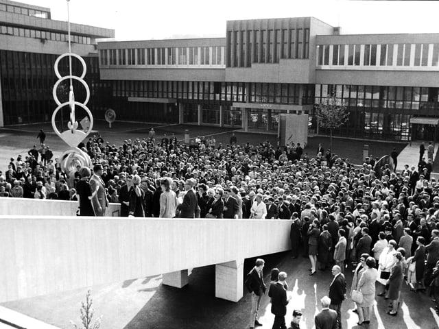 Viele Menschen stehen vor dem Gebäude der Kantonsschule Alpenquai, als diese 1967 eröffnet wurde.