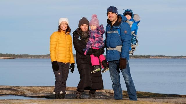 Mittlerweile zu viert: Sylvia und Markus Buob mit Juna (Mitte) und Paula (rechts). Links im Bild: Mona Vetsch