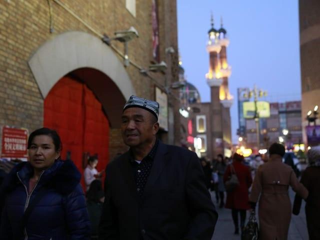 Strassenszene in Urumqi, der  Hauptstadt des Uigurischen Autonomen Gebietes Xinjiang.