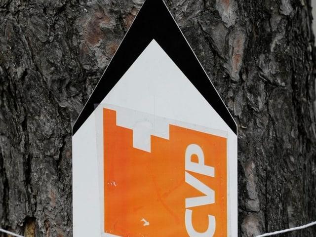 Wegweiser an einem Bau, weist nach oben, Aufschrift CVP