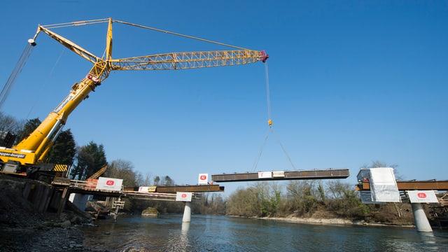 Die Brücke über die Reuss im Bau.
