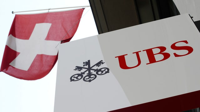 UBS-Logo mit Schweizer Fahne an einem Bankgebäude