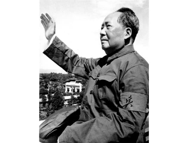Mao Zedong mit erhobener Hand.