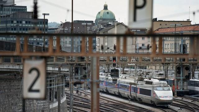 Ein TGV-Zug fährt ab Bern in Richtung Paris.