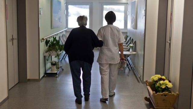 Pflegerin und Alte Frau im Pflegeheim Val Mustair