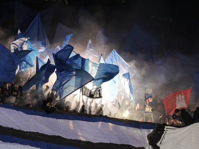 Die HSV-Fans brennen Pyros beim Gastspiel in Bremen ab