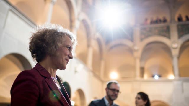 Corine Mauch lächelt nach ihrem Wahlsieg in die Kameras