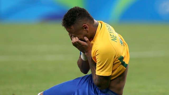 Neymar sinkt zu Boden.
