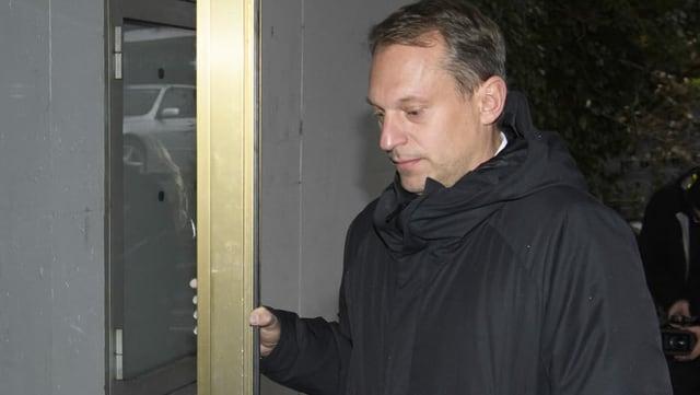 Yves Allegro öffnet Türe bei Gericht
