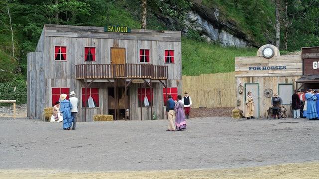 Theaterkulisse die einen Westernsaloon darstellt.